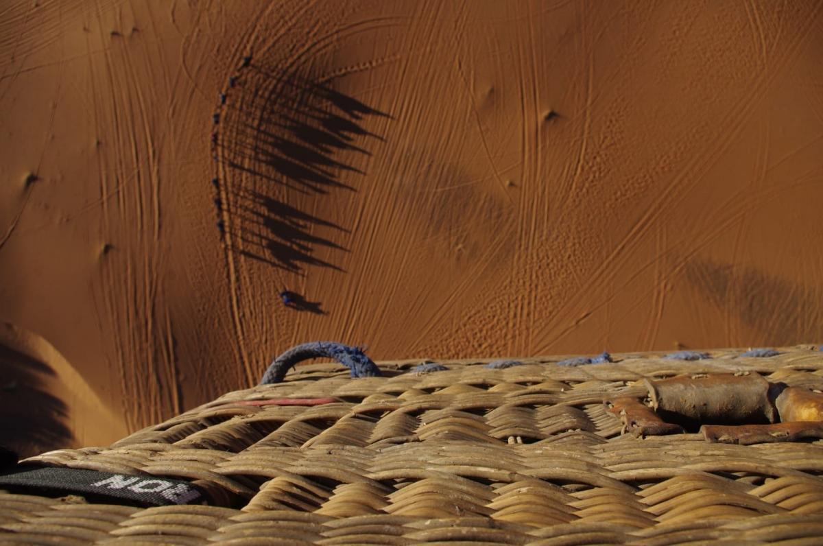 Sobrevolando una fila de Camellos en el Desierto de Merzouga (Marruecos)