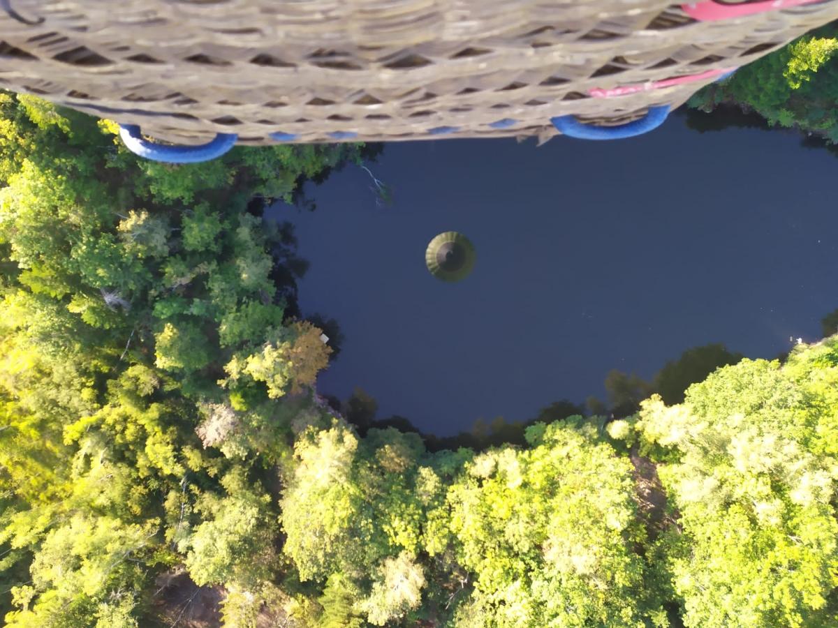 Sobrevolando un gran bosque con lagunas en Francia